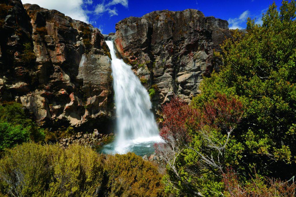塔拉納基瀑布(Taranaki Falls)— 20米高的梯級瀑布飛流直下,構成如詩如畫的絕美畫面。該瀑布可由距Whakapapa訪客中心僅100米的步道前往。